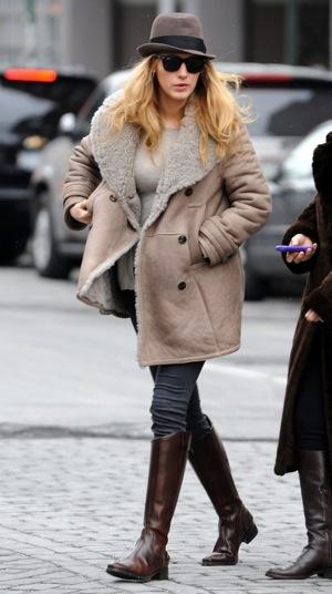 http://heart-2-heart-online.com/wp-content/uploads/2010/04/blake-lively-wearing-burberry-in-new-york.jpg