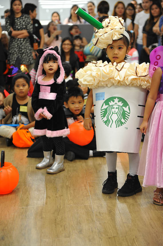 celebrating-halloween-in-offices-starbucks-6