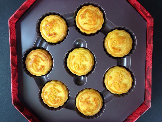 Egg CustRd Mooncakes from the Peninsula Bangkok (6)